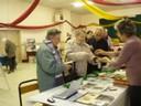 Des paroissiens ( Soeur Anne-Marie, Soeur Bernadette, M. Debionne) au stand des cartes botaniques.